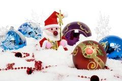 球圣诞节包围的克劳斯・圣诞老人雪 库存照片