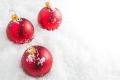球圣诞节红色雪 免版税库存图片