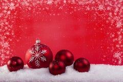 球圣诞节红色雪 库存图片