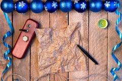 球圣诞节背景和丝带,羊皮纸wi板料  免版税图库摄影