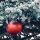 球圣诞节装饰了装饰红色结构树 库存图片