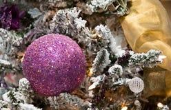 球圣诞节装饰品紫色结构树 库存图片
