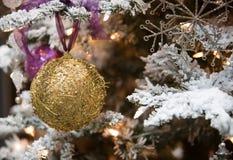 球圣诞节金装饰品华丽结构树 库存照片
