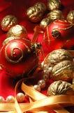 球圣诞节金黄红色核桃 免版税库存照片