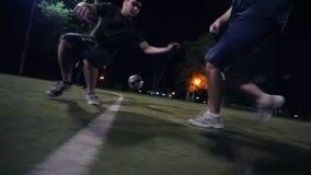 球在领域,它移动是足球运动员,做调动到计分它入目标的另一个球员 股票视频