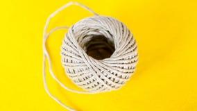 绳索球在黄色桌上的 库存图片