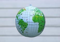 水球地球,明亮的背景 免版税库存图片