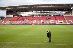 球场管理员在足球在netherlan的俱乐部乌德勒支足球会体育场内  库存图片