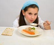 球女孩未发酵的面包汤 免版税库存照片