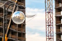 球形反射新的大厦的街灯 库存照片
