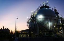 球形坦克存贮气体在黎明 免版税库存图片
