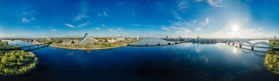 球形行星 桥梁和房子在里加市,拉脱维亚360 VR虚拟现实的,全景寄生虫图片 免版税图库摄影