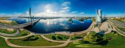 球形行星 桥梁和房子在里加市,拉脱维亚360 VR虚拟现实的,全景寄生虫图片 图库摄影