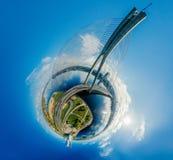 球形行星 桥梁和房子在里加市,拉脱维亚360 VR虚拟现实的,全景寄生虫图片 库存图片
