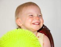 球愉快的微笑的小孩黄色 免版税库存图片