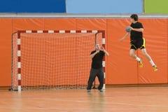 球手球跳的球员 免版税库存照片