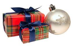 球把圣诞节礼品二装箱 库存图片