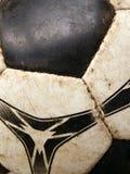 球接近的详细资料坏的老足球 免版税库存照片