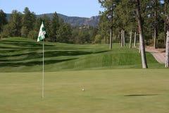 球接近的高尔夫球好的射击 图库摄影