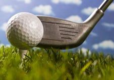 球接近的高尔夫球 免版税库存照片