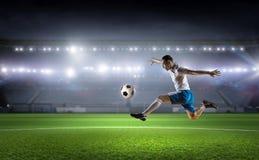 球插入的球员足球 混合画法 免版税库存照片