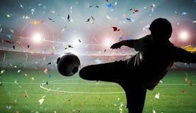 球插入的球员足球 免版税库存照片