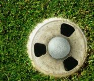 球杯子高尔夫球绿色 免版税库存照片
