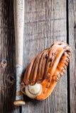 球棒球手套葡萄酒 免版税库存图片