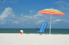 球海滩睡椅伞 免版税库存图片