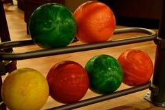 球滚保龄球五颜六色 免版税库存图片