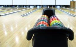 球滚保龄球的五颜六色的大厅 免版税库存图片
