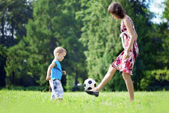 球演奏儿子的母亲公园 免版税库存照片