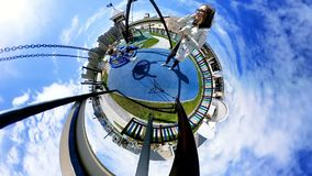 球状全景母亲震动有移动式摄影车的女孩在摇摆 股票视频