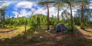 球状全景360度180在野营的帐篷在森林里 免版税库存图片