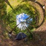 球状全景360度180在野营的帐篷在森林里 免版税图库摄影