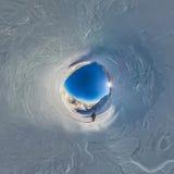 球状全景360攀登山的180座山远足者  库存照片