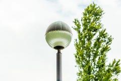 球状顶头路灯柱 免版税库存图片