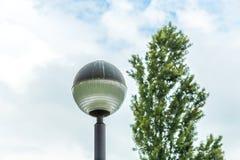球状顶头路灯柱 免版税库存照片