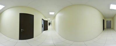 球状360程度全景投射、全景内部空的长的走廊的有门的和入口对不同的房间 免版税图库摄影