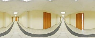 球状360程度全景投射、全景内部空的长的走廊的有门的和入口对不同的房间 免版税库存照片