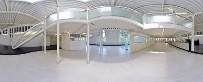 球状360程度全景投射,全景在淡色的内部空的走廊室与台阶和金属structur 免版税库存照片