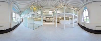 球状360程度全景投射,全景在淡色的内部空的走廊室与台阶和金属structur 免版税库存图片