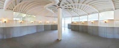 球状360程度全景投射,全景在淡色的内部空的走廊室与台阶和金属structur 库存照片
