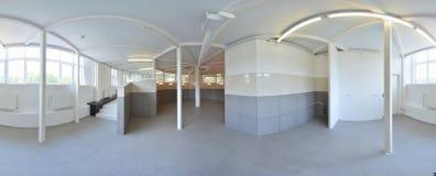 球状360程度全景投射,全景在淡色的内部空的走廊室与台阶和金属structur 库存图片