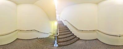 球状360程度全景投射,内部空的走廊的全景有阶梯步级的 库存照片