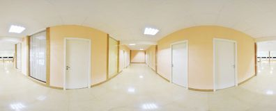 球状360程度全景投射,有门的内部空的长的对不同的房间的走廊和入口 库存图片