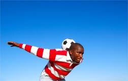 球球员实践的足球 免版税库存图片