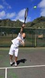 球球员服务力量网球 免版税库存照片