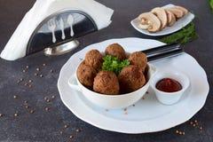 球用荞麦和蘑菇在一个白色碗在灰色抽象背景 节食 快餐 吃健康 库存照片