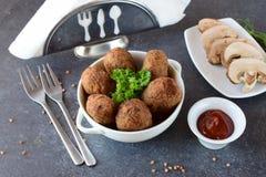 球用荞麦和蘑菇在一个白色碗在灰色抽象背景 节食 快餐 吃健康 免版税库存照片